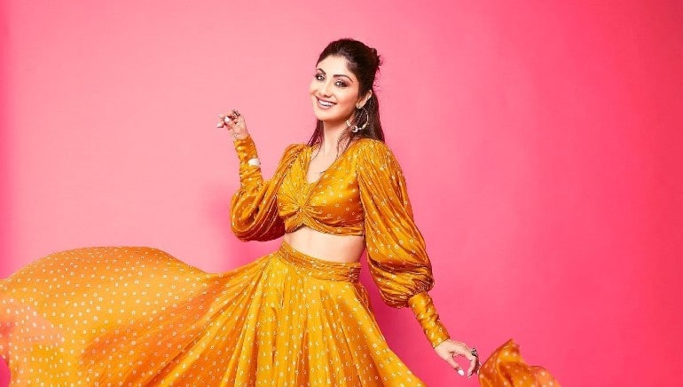 Let Shilpa Shetty teach you an easy way to ace the boat pose for a flat belly
