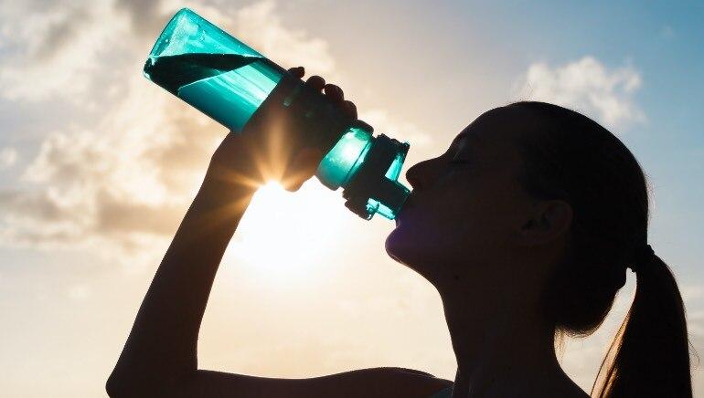 उन्हाळ्यात, स्वत: ला हायड्रेट ठेवण्यासाठी पाण्याची बाटली सोबत ठेवा.  चित्र: शटरस्टॉक