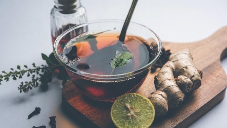 असोशी नासिकाशोथची लक्षणे आढळल्यास चहामध्ये लवंगा आणि तुळस वापरा.  चित्र: शटरस्टॉक